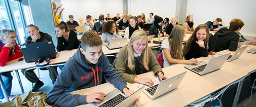Gymnasieelever løser opgaver i Maple